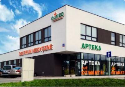 zdjęcie białego budynku OLMED z apteką