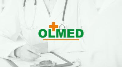 biało czarne zdjęcie lekarza ze stetoskopem na szyi z logotypem OLMED