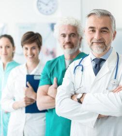 zdjęcie lekarzy i pielęgniarek ustawionych jeden za drugim