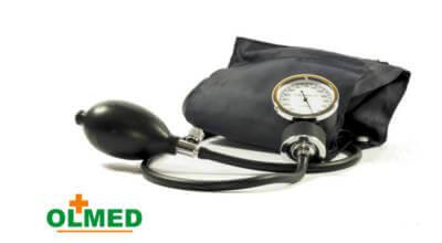 zdjęcie czarnego ręcznego ciśnieniomierza z logotypem OLMED